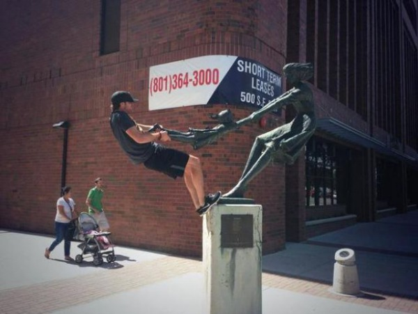 people_making_a_mockery_of_statues_640_19.jpg