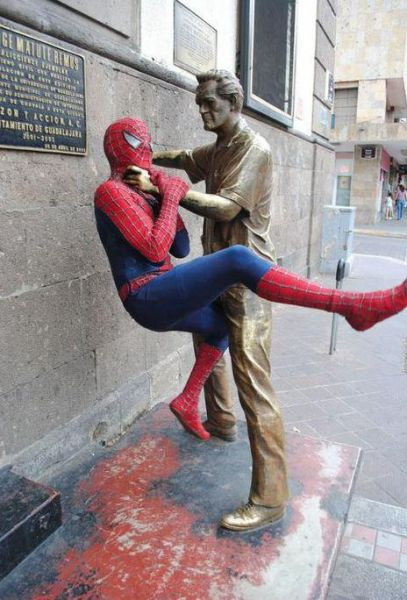 people_making_a_mockery_of_statues_640_22.jpg