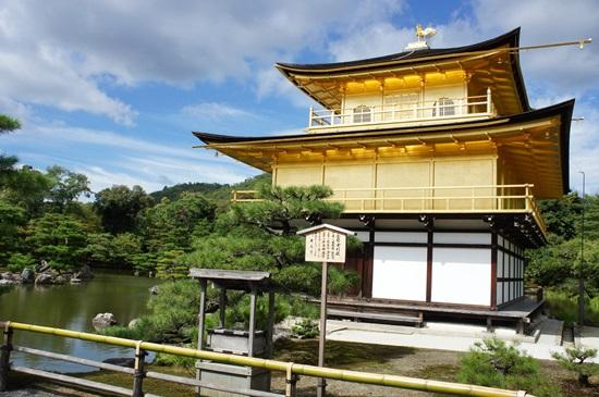 横から金閣寺