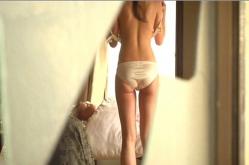 寝たきりの老人の部屋で裸になっていく真生