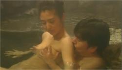 温泉で美穂のにおっぱいを揉んでいる