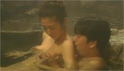 温泉で美穂の乳房を揉んでいる蓮司