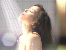 シャワーを浴びている凜子