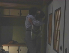 旅館に着いてすぐキスする久木と凜子