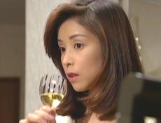 ワインを飲む凜子