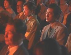 京都で能の舞台を見ている凜子と久木