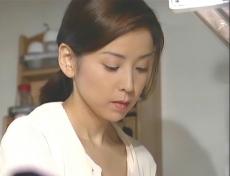 台所で野菜を洗っている凜子