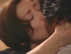 久木とキスをする凜子