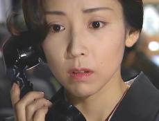 通夜の夜に久木からの電話に出ている凜子