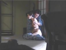日光の旅館で裸の凜子を抱きしめる久木