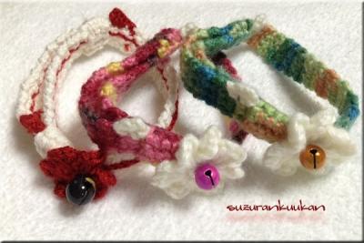 3つの花付き編み首輪