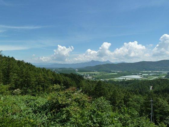 遠くには国立天文台野辺山の電波望遠鏡も