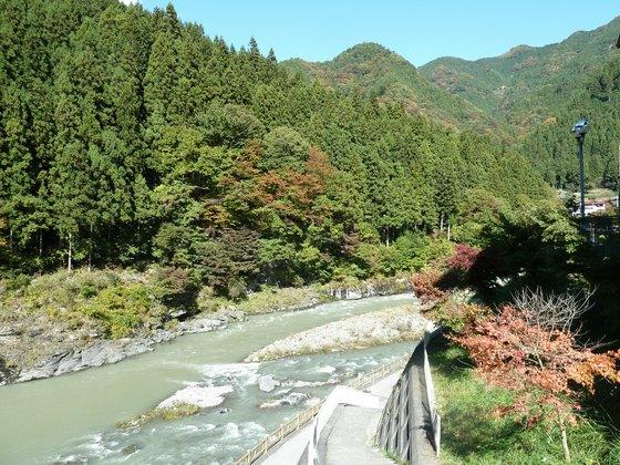 道の駅のすぐ裏手には荒川が流れている