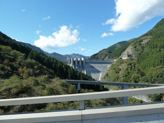 ループ橋から望む滝沢ダム(奥秩父もみじ湖)