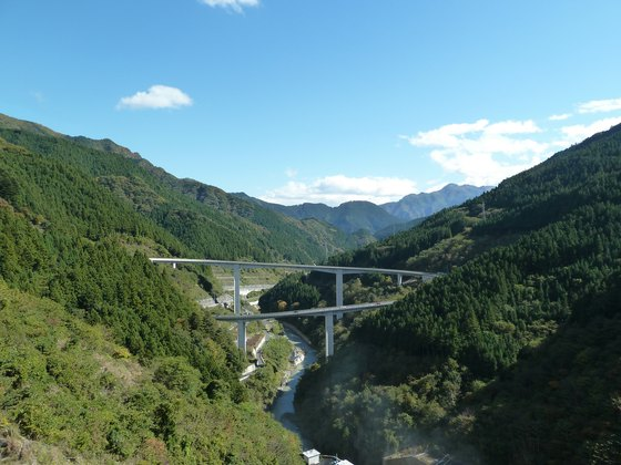 滝沢ダムから眺めるループ橋