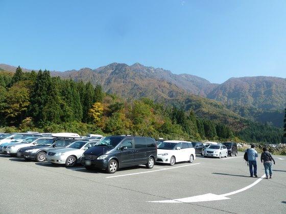 ふもとの駐車場から眺める八海山