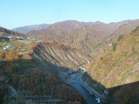 ダム上から眺める只見川と色づく山並み