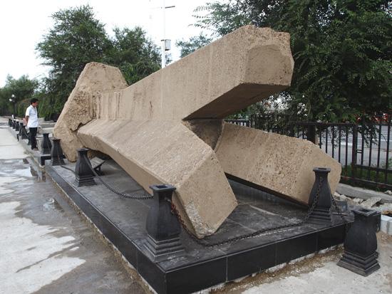 無造作に横たわる記念碑