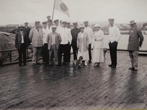 事件当時の桟橋で撮られた記念写真