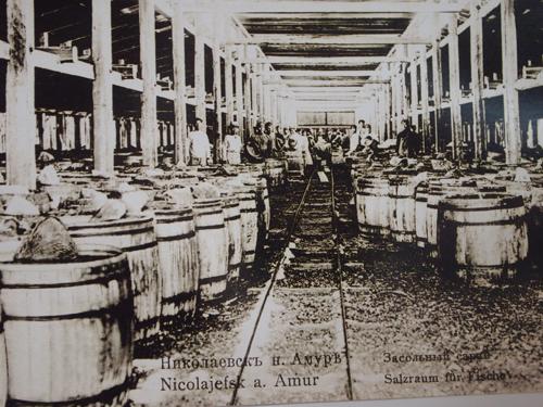 魚の加工工場で働く人々