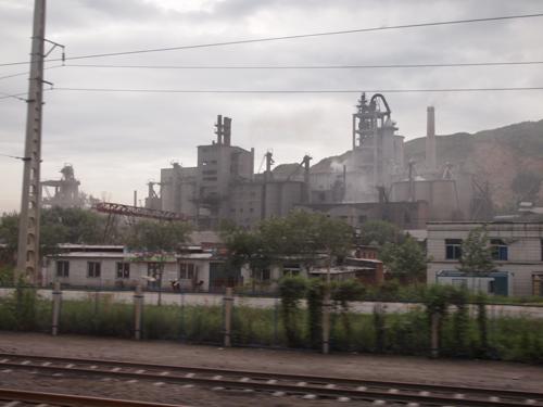 革山駅に近づくと、煙突が見え始める。
