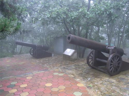 山頂にあるロシア軍が使用したカノン砲のオブジェ