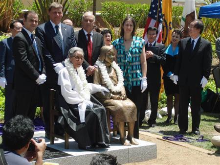 米西部グレンデール市内に設置された慰安婦記念像と記念撮影をする韓国人ら=2013年7月30日(黒沢潤撮影)