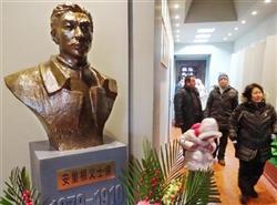 記念館に設置された安重根の像=(共同)