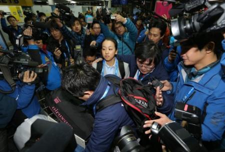 ソチ空港に到着した浅田真央は韓国プレスにもみくちゃにされる=ソチ空港(撮影・飯室逸平)