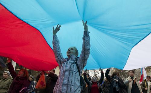 <ウクライナ>巨大なロシアの国旗を掲げて「ウラー!万歳」「ロシア軍は兄弟」クリミア自治共和国の首都で住民が大歓声