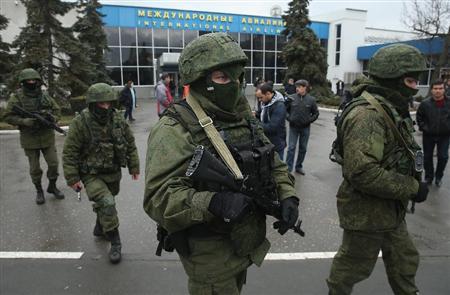 28日、シンフェロポリの空港をパトロールする所属を示す記章のない兵士ら(ゲッティ=共同)