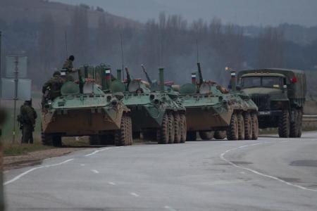 写真=2月28日、ウクライナ南部クリミア自治共和国バフチサライで道路脇に停車するロシア軍部隊の装甲兵員輸送車など
