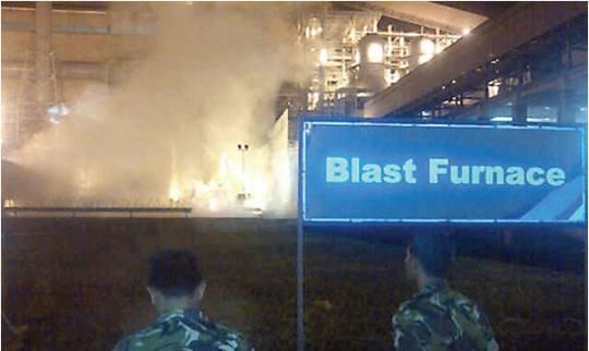 爆発を見守るインドネシア軍、周囲は再爆発の懸念から軍部隊によって統制された(ロイター)