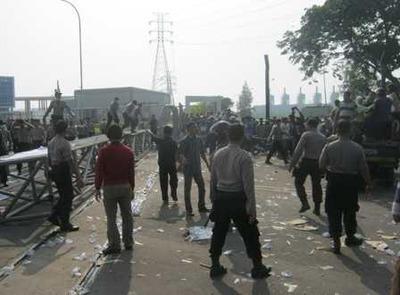 数千人規模のデモ、ポスコ社のフェンスを破壊