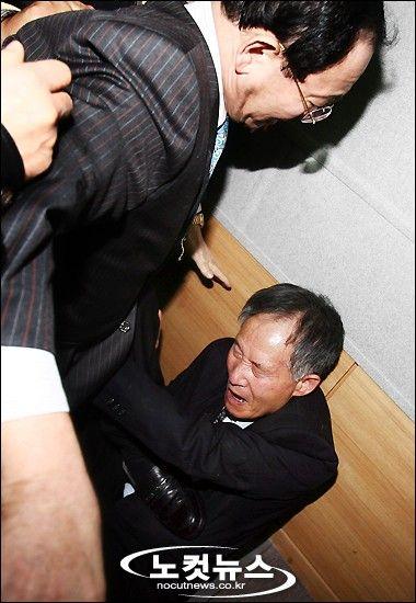 慰安婦とは売春婦のことであるなどの主張をおこない韓国の歴史を正す運動を行っている安秉直教授(元ソウル大学名誉教授)や李栄薫教授(ソウル大学教授)に対して慰安婦団体などが集団リンチ