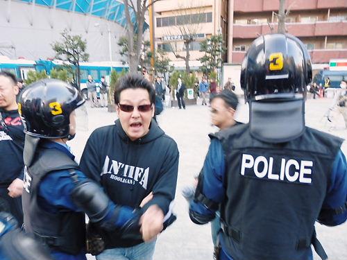 デモ行進が終わって、再び豊島公会堂前に戻ったら、暴行容疑で逮捕されたレイシストしばき隊の刺青チンピラ2人、木本拓史(左)と添田充啓(そえだあつひろ=高橋直輝)が居た。