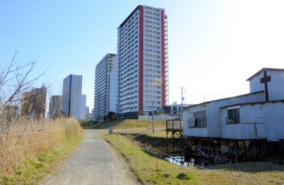 かつて集落が続いていた土地には高層マンションが並ぶ。右の建物が川崎戸手教会。浸水対策として高床式になっている=川崎市幸区戸手4丁目