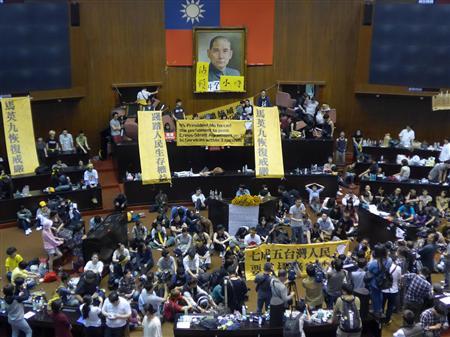 中台サービス貿易協定の厳正な委員会審議を求め、立法院(国会に相当)議場を徹夜で占拠した台湾の民間団体の学生たち=19日、台北市内で(吉村剛史撮影)