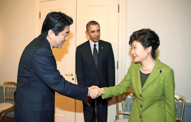 【日米韓首脳会談】安倍首相、韓国語で話しかけるも 朴氏、目合わせようとせず…安倍首相に警戒感