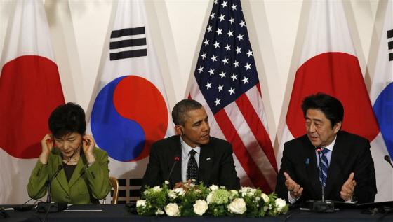 3月25日の日米韓首脳会談で、安倍晋三首相は、韓国の朴槿恵大統領に朝鮮語で「マンナソ パンガプスムニダ(お会いできてうれしいです)」と呼びかけたが、朴槿恵は無視し、嫌な顔をし、やがて両耳を塞ぐ。