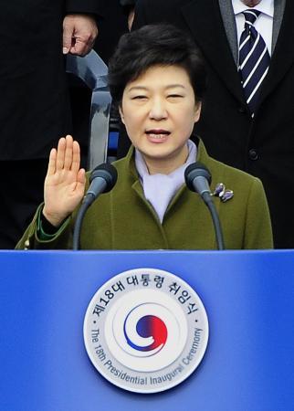 韓国経済危機:2013年、朴槿惠大統領、国民幸福基金で融資延滞者33万人の借金の半分を帳消しへ