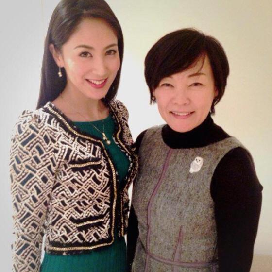 12月28日、安倍昭恵は、昨年の「ミス・インターナショナル」グランプリ・吉松育美さんについて、改めてフェイスブックでコメントした。(画像は、12月25日に2人が面会した際の様子)