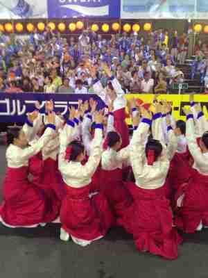 【悲報】徳島の阿波踊りで、金昴先住職が率いるチマチョゴリを着た韓国人たちが踊る