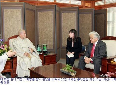 米下院ホンダ議員の訪問を受けて歓談を交わしている曹渓宗総務院長チャスン僧侶。写真=曹渓提供