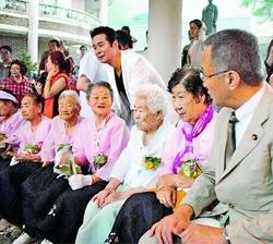 (写真)式典会場で「慰安婦」被害者と話し合う笠井議員(右)=10日、広州(韓国・京畿道)