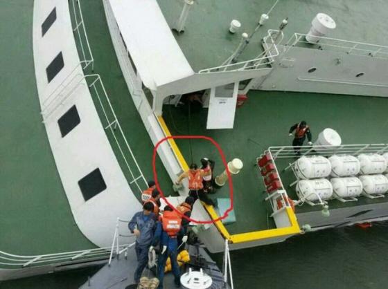 韓国旅客船沈没事故で最初に逃げる「セウォル号」の李船長