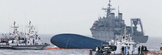 「クレーン使用料負担」をめぐって救助を最優先にすべき海洋警察庁が事故を起こした船会社側に要請を押し付け、生存者救出にとって重要な海上クレーンが事故発生12時間後に遅れて出発していたことが確認された。