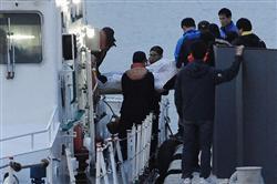 韓国旅客船沈没\frn1404210852001-n1沈没事故で収容された遺体を運ぶ救助隊員=20日夜、韓国南西部・珍島(共同)