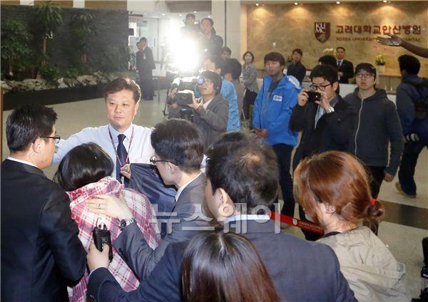 韓国旅客船沈没 遺族と生存者家族が病院で衝突