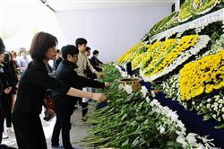 ソウル市役所前に設けられた、セウォル号沈没事故の犠牲者を悼む合同焼香所へ弔問に訪れた市民ら=30日(共同)